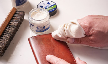革小物はケアクリームで革をしっかり保湿する