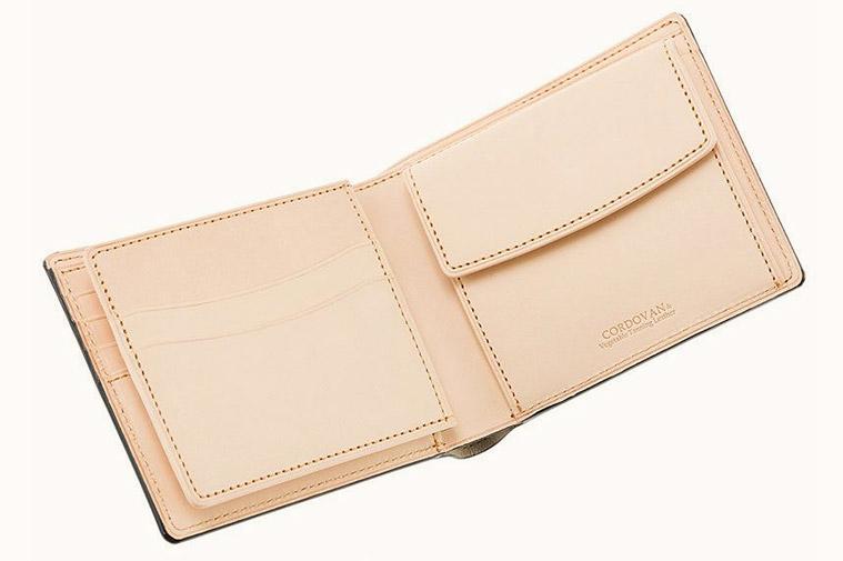 革財布キプリスのベジタブルタンニンレザー。ナチュラルな仕上げが特徴。植物のシブでなめしたヌメ革。