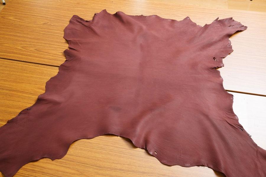 1枚革のカーフ「レーニアカーフ」。成牛の場合はサイズが多いため半分にカットした状態で届けられる。