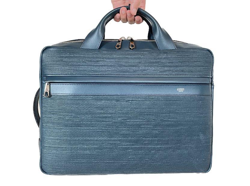 キプリスの3wayビジネスバッグ 表側に大きなファスナーポケットが1つ