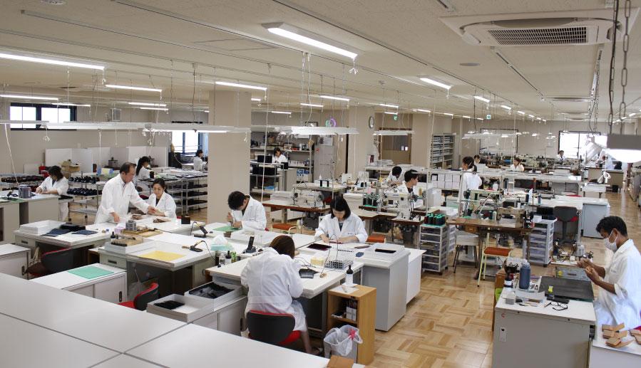 工日本一の革小物の技術者がそろう工房へ