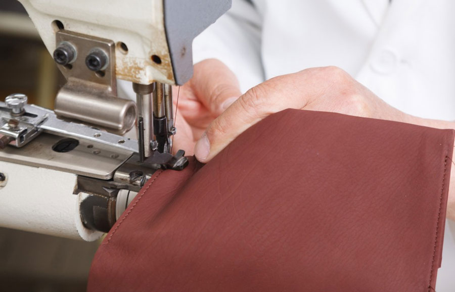 丈夫な糸を使って、革専用のミシンでまっすぐに塗っていく。