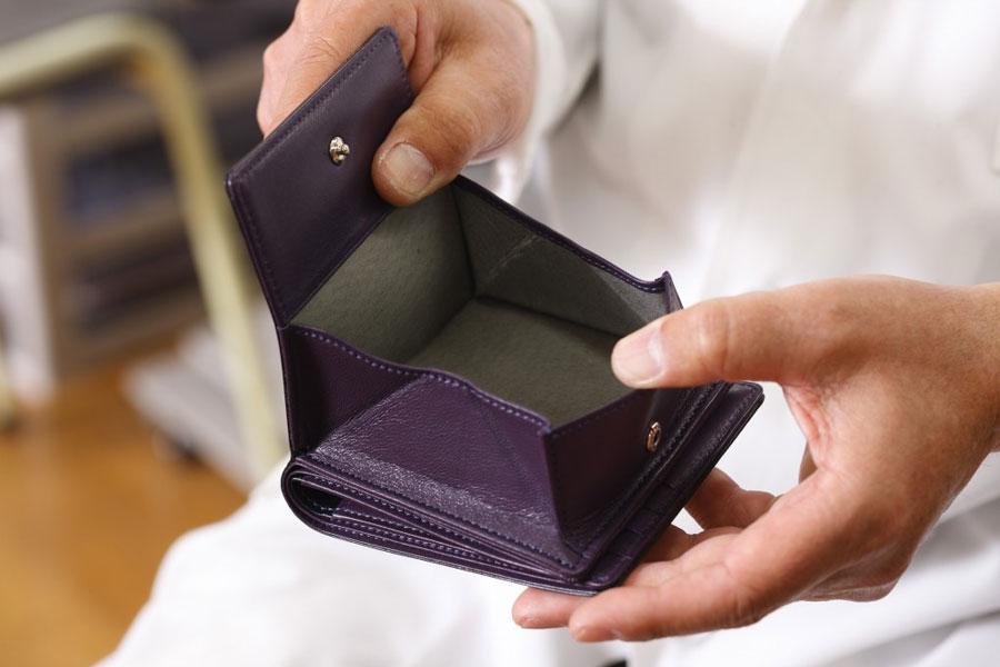 革小銭入れは左右のバランスがちがっていたり、開けにくかったりすることもあります。