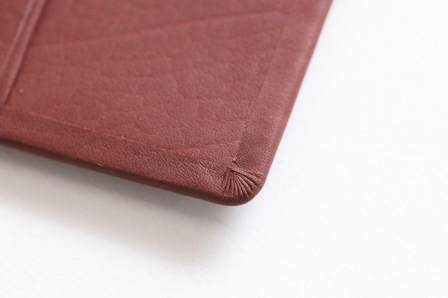 左下のヒダの部分が菊寄せ。その数は9本が理想とされています。日本の革小物の粋を感じる技術です
