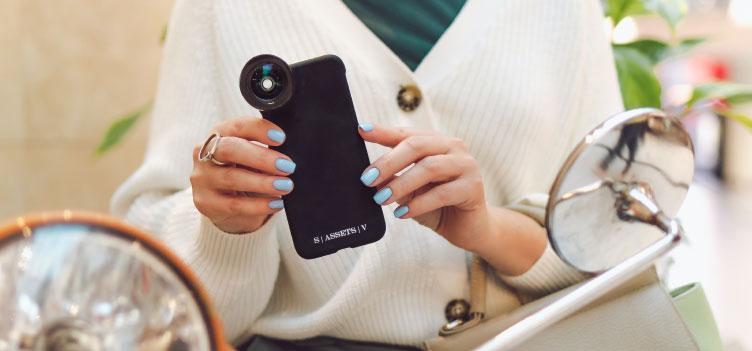 カード収納やストラップ、お財布機能が付いたものなど多彩なニーズに対応した革製スマートフォンケース