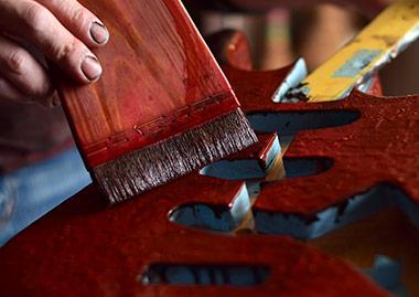 ギターに漆を塗る様子