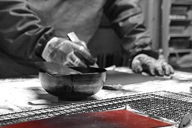 革財布・革製品・グラデーション財布の漆シリーズ 手塗りの様子