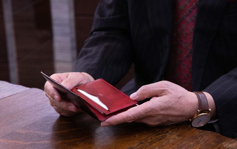 愛用されている「キプリス」コードバン&シラサギレザーの名刺入れとリプルカーフ&バッファロー(生産終了)の小銭入れ