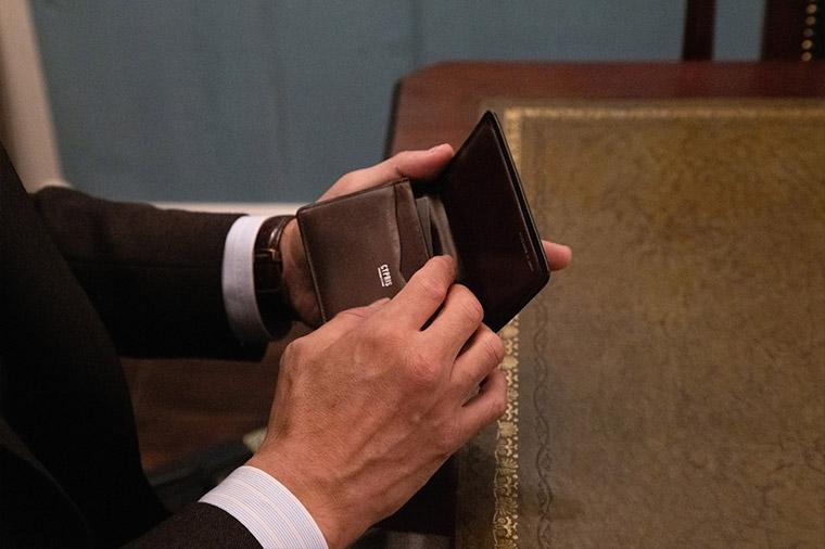 ここ数年愛用されているという「キプリス」ボックスカーフ&リンプッドカーフの名刺入れ